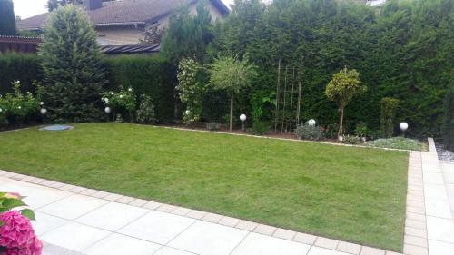Gartenestaltung;-Terrasse,-Rasen-und-Beete-anlegen