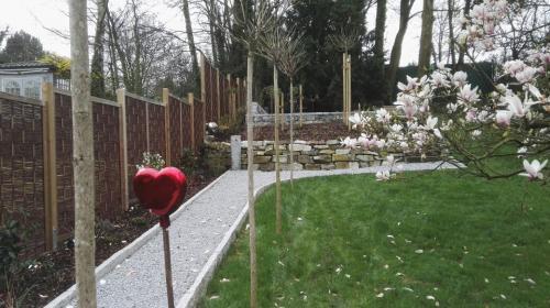 Gartengestaltung; Sichtschutz, Beete, Rasen und Weg anlegen sowie Bäume pflanzen