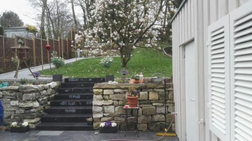 Gartengestaltung; Terrasse anlegen, Treppe einbauen und Stützmauer errichten