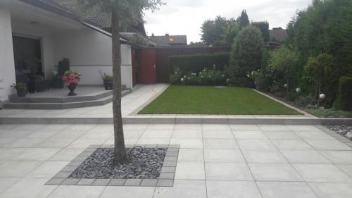 Gartengestaltung; Terrasse anlegen und Anpflanzungen durchführen