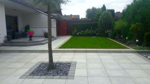 Gartengestaltung;-Terrasse-anlegen-und-Anpflanzungen-durchführen-