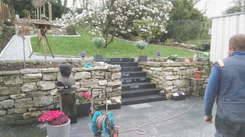Bruchsteinmauer mit Treppe