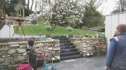 neu angelegte Mauer mit Treppe